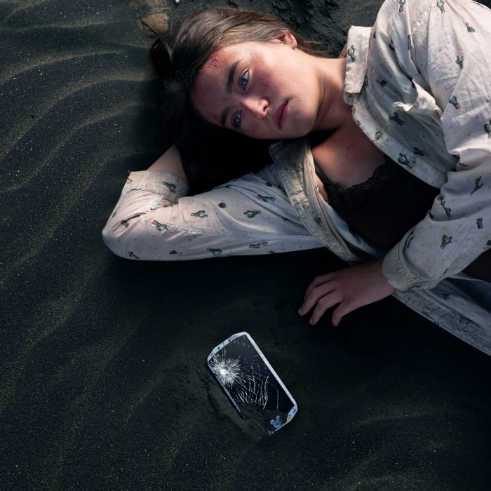 Character Leah and a shattered phone