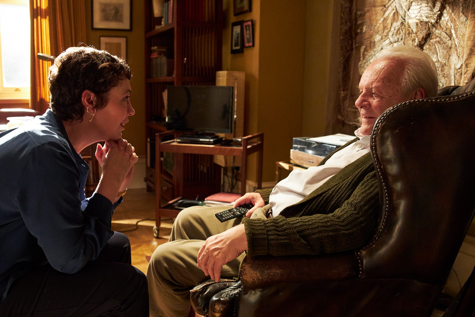 Anne (Olivia Colman) talking to her father (Anthony Hopkins) in The Father (2020)